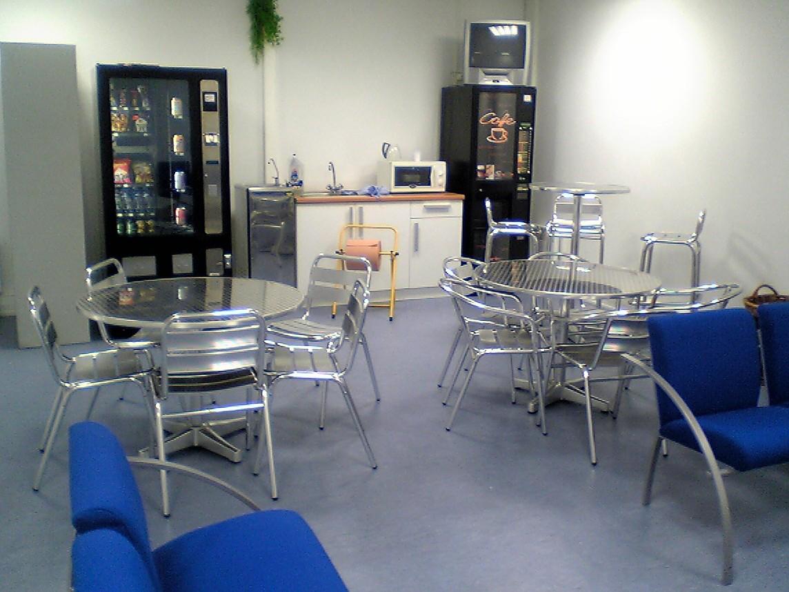 Des distributeurs de boissons chaudes, boissons fraîches,confiseries,sandwichs en dépôt g